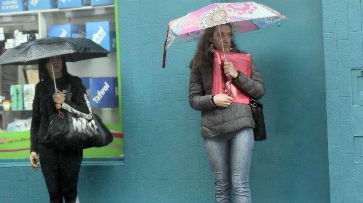 El viernes arranca con chances de lloviznas, pero por la tarde el tiempo mejorará