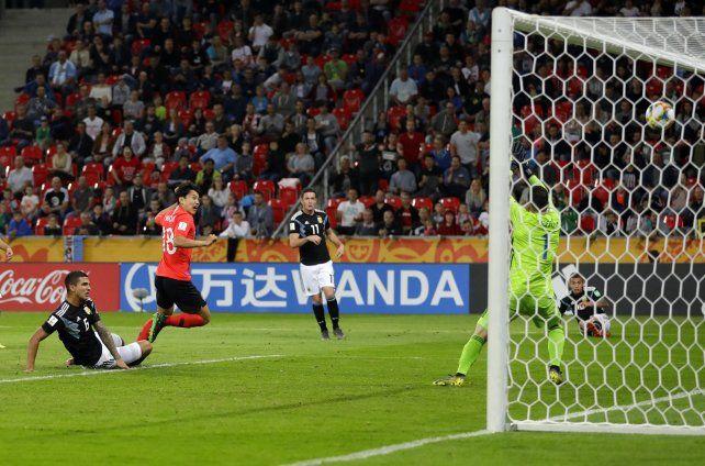 Cho Youngwook se anticipa a los defensores y marca el segundo de corea ante la Argentina.