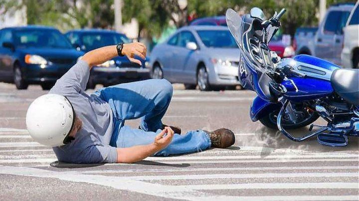 Se cayó de la moto y sufrió una lesión que le causó una erección por varios días