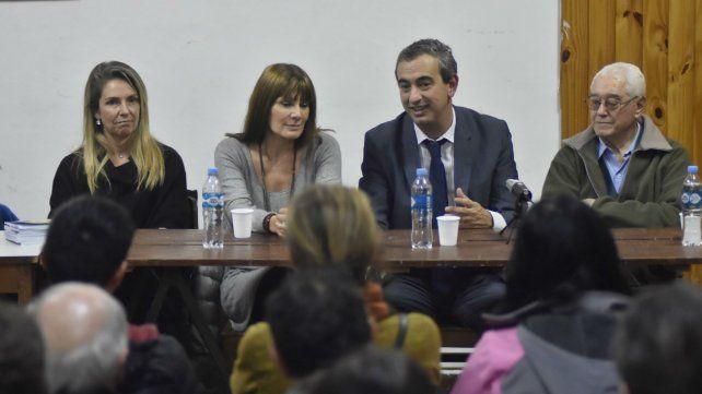Javkin junto a Susana Rueda y María Eugenia Schmuck con representantes de colectividades.