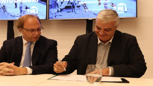 Rúbrica. El ministro Gonzalo Saglione y Nizar Esper firman el convenio.