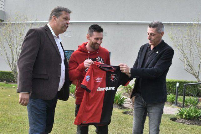 Obsequio. Messi recibe la camiseta de manos de DAmico