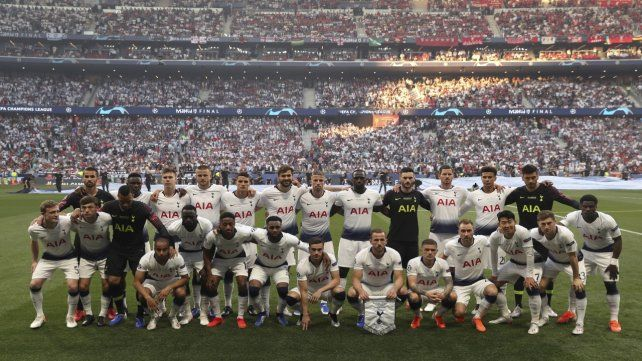 A pedido del DT. Pochettino le solicitó permiso a la Uefa para que todo el plantel estuviera en la foto antes del encuentro.