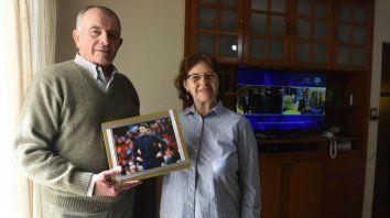 Minuto a minuto. Héctor y Amalia posan con la foto de su hijo. Detrás, la TV encendida para seguir la previa.