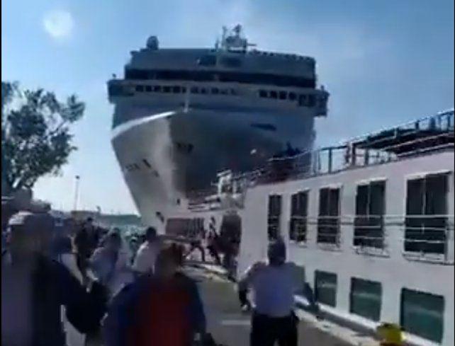 Un crucero chocó con un barco turístico y dejó un saldo de cuatro heridos
