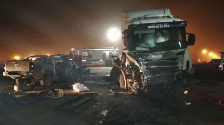 El escenario. Los vehículos impactaron de frente. El camionero salió ileso pero quedó en estado de shock.
