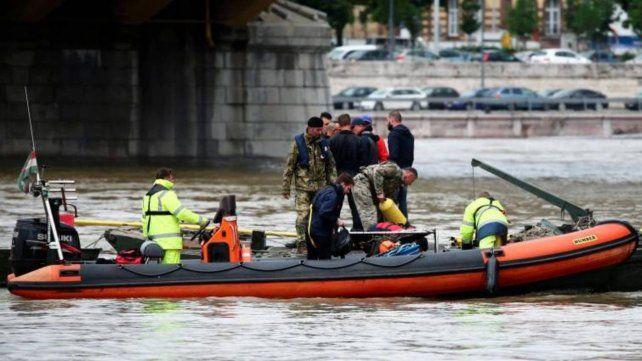 Hungría. Buscan a víctimas del choque de barcos en el río Danubio.
