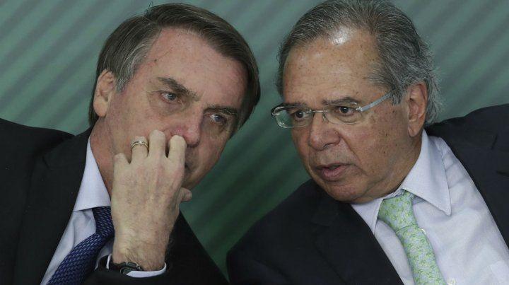 Bolsonaro y su ministro de Finanzas Paulo Guedes no logran desbloquear la reforma previsional.
