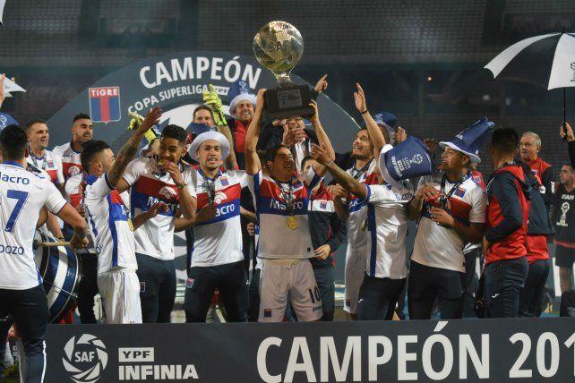 La foto del campeón. El plantel de Tigre celebra la conquista tras la victoria 2 a 0 ante Boca