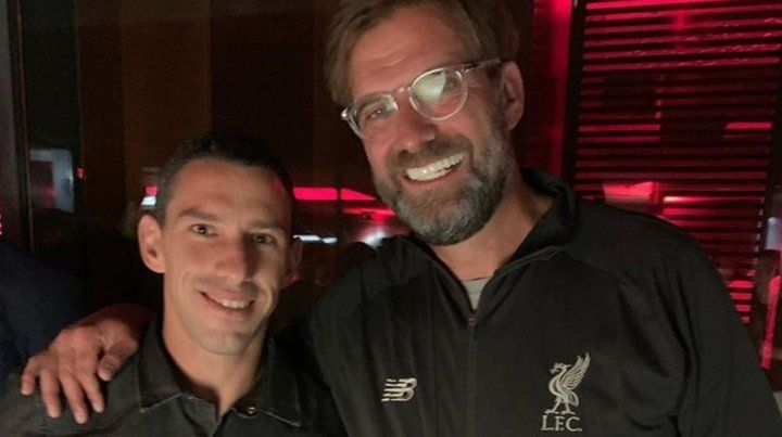 Maxi posó junto al DT campeón con Liverpool.