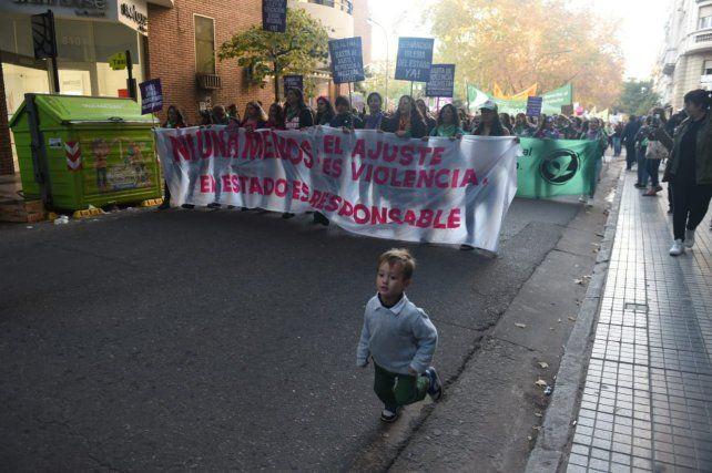 Una multitud marcha por las calles rosarinas en defensa de la vida y contra la violencia de género.