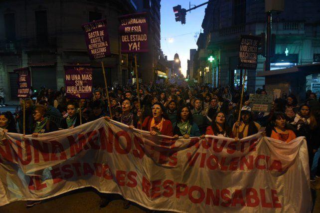 Miles de mujeres marcharon por el centro de la ciudad contra la violencia machista.