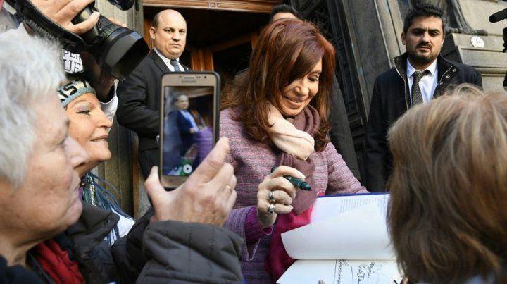 Rúbrica. Al salir del Senado CFK firmó ejemplares de su reciente libro.