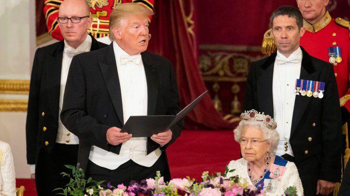 De gala. Trump lee su discurso junto a la reina