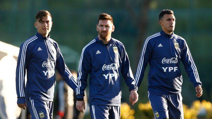 En el centro de la escena. Lionel Messi en la práctica en Ezeiza entre Paulo Dybala y Matías Suárez.