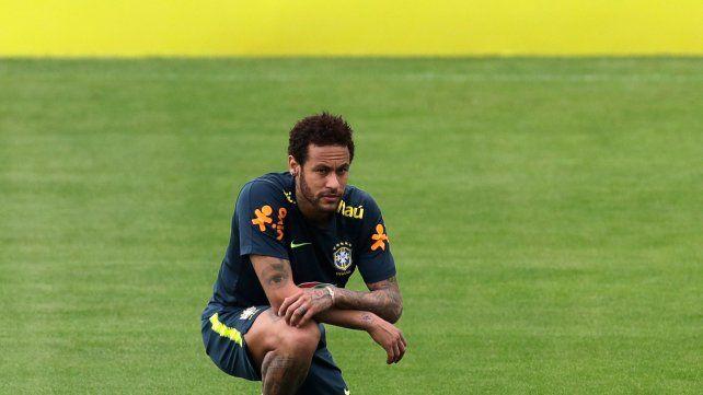 Neymar. Volvió a entrenar y sus compañeros y técnico lo defendieron