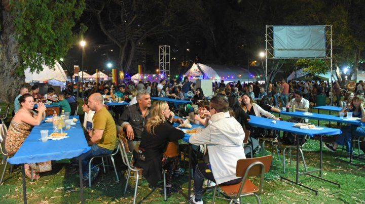 Colectividades. El evento más convocante de la ciudad es uno de los que deberá repensar la forma de servir las bebidas y alimentos.