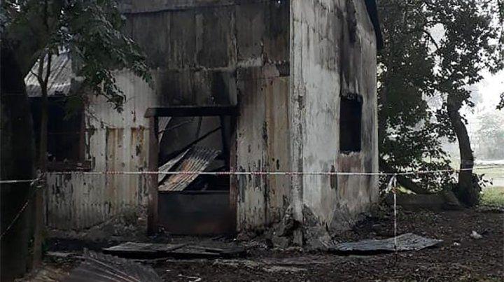 El incendio. Las llamas devoraron el lugar donde se preparaba la copa de leche para 150 chicos.