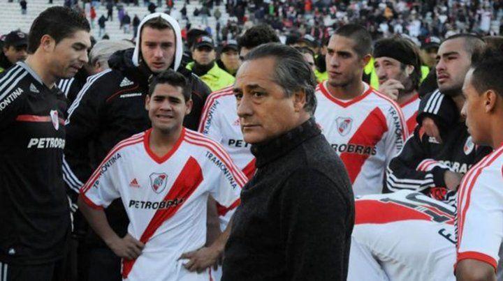 Desolación. Jota Jota López y los jugadores de River padecen el descenso ante Belgrano en 2011.