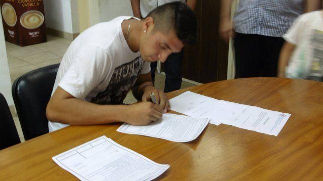 La firma. El momento del primer contrato de Sueldo en Argentinos