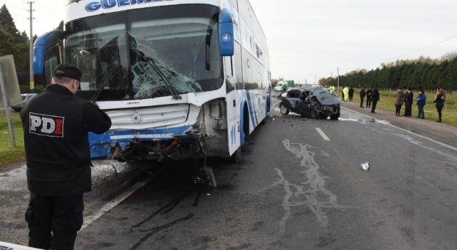 Un muerto al chocar de frente un automóvil y un colectivo en la ruta 34 en Ibarlucea