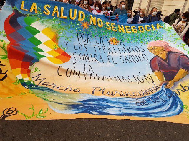 La salud no se negocia, reza el cartel de la marcha plurinacional. (Foto: @lorennadoc)