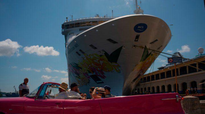 A gozar. Turistas recién desembarcados abordan uno de los convertibles vintage típicos de Cuba.
