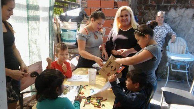 Hay equipo. Liliana Sánchez (centro) es la que comenzó con la asociación Siembra y Cosecha en el corazón de Villa Banana.