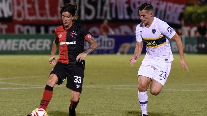 Siempre al pie. Formica intenta maniobrar ante la marca de Marcone. El Gato jugó un muy buen partido ante Boca en el Coloso.