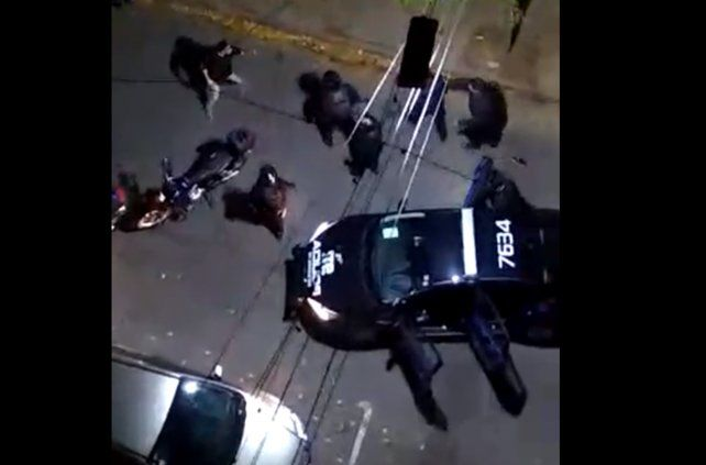Policías y okupas de una pensión, a las piñas en el centro