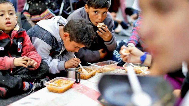 El hambre es un crimen. Niños en un comedor comunitario de la provincia de Buenos Aires.