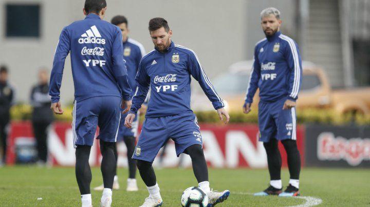 Messi y Agüero. El plantel entrenó en Ezeiza y a la tarde viajó.