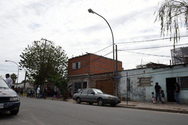 Bajo el árbol. El lugar donde atacaron a Casco en el barrio La Granada.