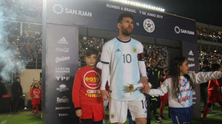 A la cancha. Messi sale al campo