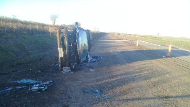 Un hombre murió al volcar el auto que manejaba en un camino rural cerca de Alvarez