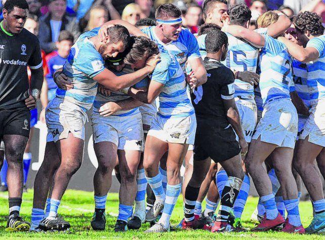 Los Pumitas festejan tras derrotar a Fiji. La victoria los puso nuevamente en carrera en el grupo A.