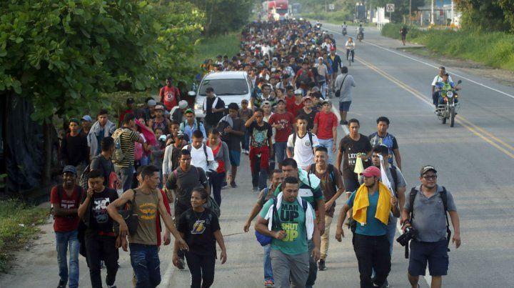 Centroamericanos luego de cruzar la frontera entre Guatemala y México en Ciudad Hidalgo.