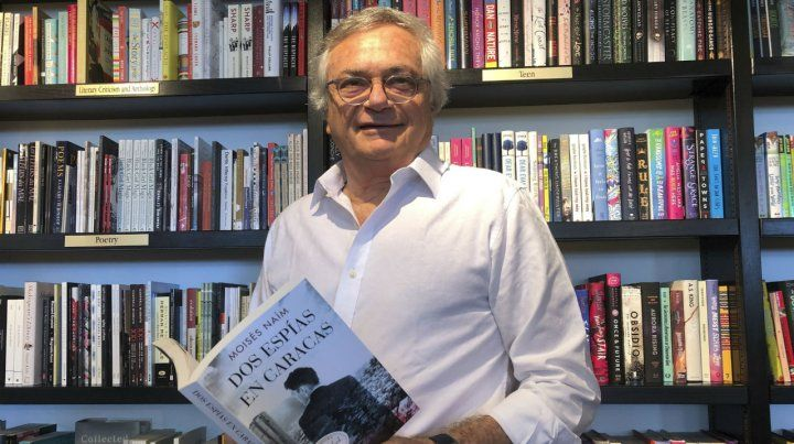 Orgulloso. Moisés Naím con su obra. Es un reconocido columnista.