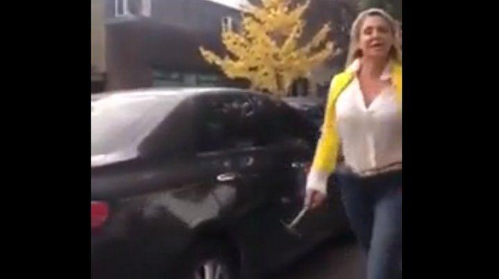 Una mujer se bajó de su auto y atacó a martillazos a un conductor