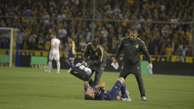 Muestras de dolor. El delantero sufrió en varios partidos golpes en los tobillos que lo llevaron a esta lesión