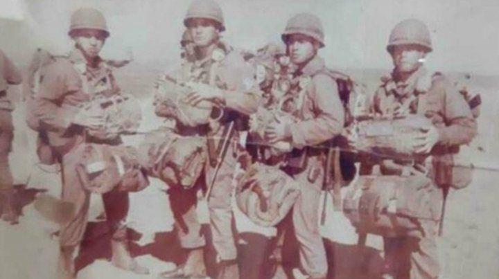 Héroe de Malvinas. Néstor Osvaldo Pizarro(primero desde la izquierda) murió en combate.