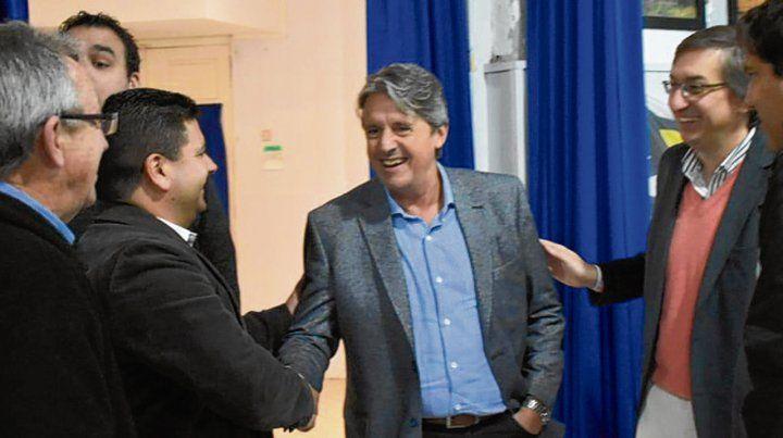 Alegría. Garibay y el jefe comunal Sachetto en el acto de licitación.