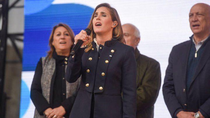Miles de chicos juraron por la bandera argentina y cantaron el himno con la Sole
