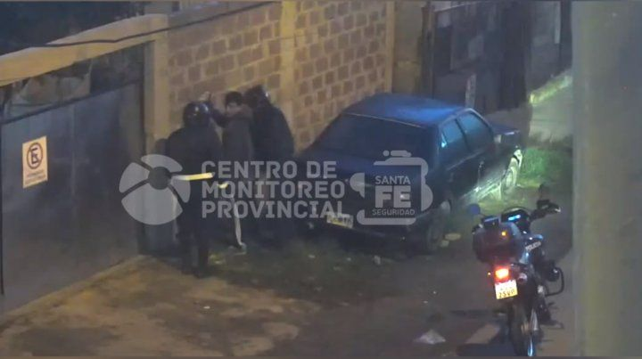 Un video muestra cómo arrestan in fraganti a un ladrón de autos