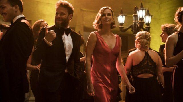 Seth Rogen y Charlize Theron interpretan a un periodista poco convencional y a una aspirante al gobierno de Estados Unidos.