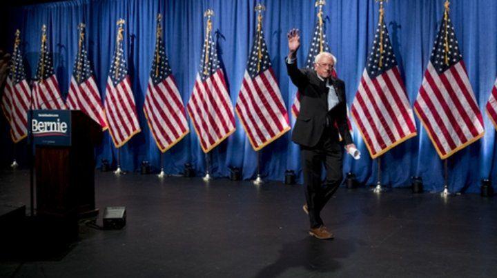 Un histórico. El precandidato presidencial saluda ayer tras hablar en la Universidad de Washington.
