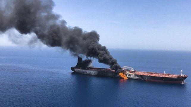 dañado. El petrolero MT Front Altair fue abandonado en llamas. Llevaba nafta a Japón.