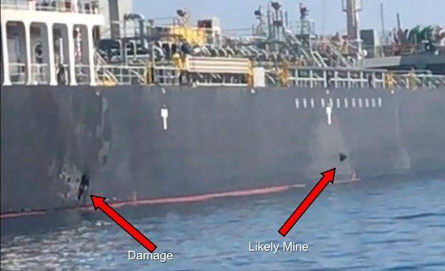 El video muestra a la derecha lo que sería una mina lapa pegada al casco del petrolero Kokuka.