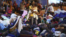 Desesperados. Cargados de chicos, los venezolanos esperaban ayer para cruzar el paso de Agua Verde.