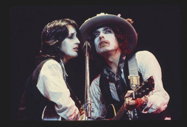 Joan Baez y Bob Dylan con el maquillaje que caracterizó ese periplo por Estados Unidos.